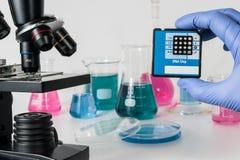 Análisis de las secuencias de la DNA en la investigación médica del laboratorio genético en genética y ciencia de la DNA fotos de archivo libres de regalías