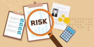 Análisis de riesgo con el ejemplo de la lupa y de los documentos Foto de archivo libre de regalías