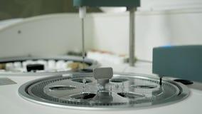 Análisis de sangre bioquímico automatizado moderno de la investigación del robot en laboratorio metrajes