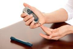 Análisis de sangre de medición paciente diabético de la glucosa Fotos de archivo