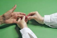 Análisis de sangre en el finger imagen de archivo libre de regalías