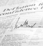 Análisis del periódico de los mercados de los mercados financieros Fotografía de archivo