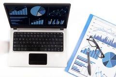 Análisis financiero con la carta de negocio 1 fotografía de archivo libre de regalías