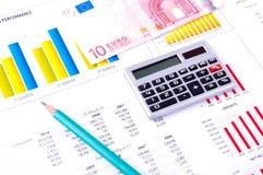 Análisis financiero con las cartas y el dinero Fotografía de archivo libre de regalías