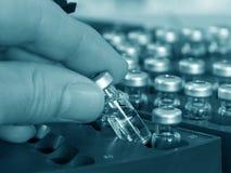 Análisis químico de la muestra Foto de archivo libre de regalías