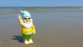 Anão com beira-mar dos óculos de sol Imagem de Stock