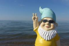 Anão com beira-mar dos óculos de sol imagens de stock royalty free