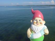 Anão com o beira-mar de flutuação do anel Fotos de Stock Royalty Free