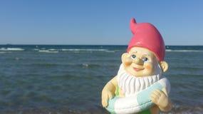 Anão com o beira-mar de flutuação do anel Foto de Stock