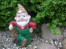 Anão com a pá em seu jardim Foto de Stock