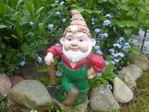 Anão com a pá em seu jardim imagem de stock royalty free