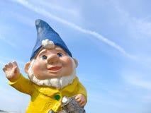 Anão engraçado com um revestimento amarelo e um chapéu azul Imagens de Stock
