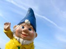 Anão engraçado com um revestimento amarelo e um chapéu azul Fotografia de Stock Royalty Free