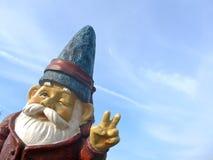 Anão engraçado com um revestimento vermelho e um chapéu azul Imagens de Stock Royalty Free