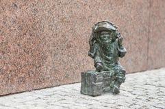 Anão pequeno 'estátua de RMF FM 'no mercado em Wroclaw, Polônia fotografia de stock