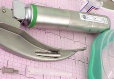 Anästhesieinstrumente auf dem ECGon das Papierecg Lizenzfreie Stockbilder