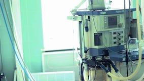 Anästhesiemaschine mit geduldigem Herzmonitor im Krankenhausoperationsraum stock footage