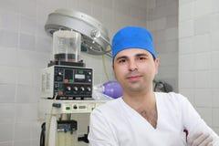 Anästhesiologe im Betrieb Stockfoto