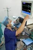 Anästhesiologe mit Überwachungsgerät lizenzfreie stockfotografie