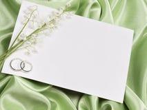 Anéis, cartão e lírio de casamento do vale foto de stock