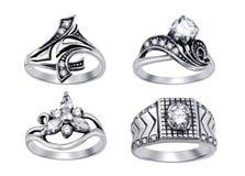 Anéis com os diamantes isolados no fundo branco Imagens de Stock Royalty Free