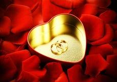 Anéis, coração e rosas Fotografia de Stock