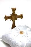 Anéis da cruz e de casamento Imagem de Stock Royalty Free