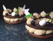 Anéis da sobremesa de Paris Bresta com fatias da maçã e bagas do corinto preto no fundo preto imagem de stock royalty free