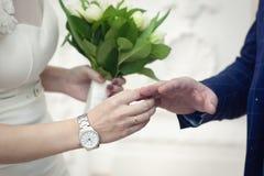 Anéis da troca dos amantes Close-up em um fundo claro fotos de stock
