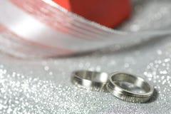 Anéis de casamento com um presente Imagens de Stock Royalty Free