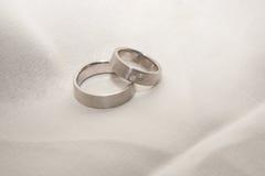 Anéis de casamento da platina Imagem de Stock
