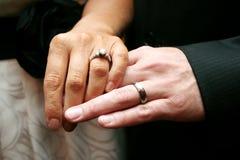 Anéis de casamento de noiva e de noivo Imagens de Stock