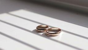 Anéis de casamento do ouro vídeos de arquivo