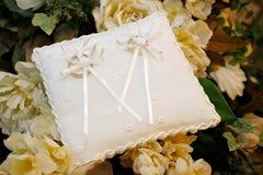 Anéis de casamento dourado na almofada bordada Fotografia de Stock Royalty Free