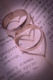 Anéis de casamento e máscaras sob a forma do coração Fotografia de Stock