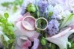 Anéis de casamento em flores Fotografia de Stock Royalty Free