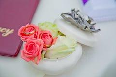 Anéis de casamento em flores Imagens de Stock