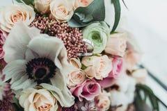Anéis de casamento em flores Fotos de Stock Royalty Free