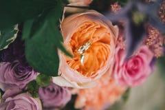 Anéis de casamento em flores Imagens de Stock Royalty Free