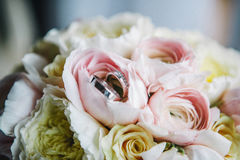 Anéis de casamento em flores Imagem de Stock Royalty Free