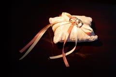Anéis de casamento em um descanso Fotografia de Stock Royalty Free