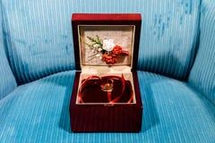Anéis de casamento em uma caixa fotos de stock royalty free