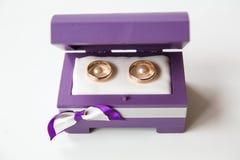 Anéis de casamento em uma caixa fotografia de stock