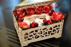 Anéis de casamento em uma caixa imagem de stock royalty free