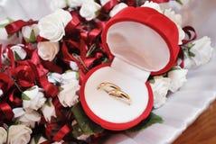 Anéis de casamento em uma caixa fotos de stock