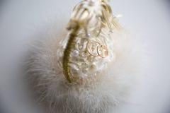 Anéis de casamento em uma cesta fotografia de stock