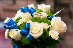Anéis de casamento em uma rosa imagem de stock