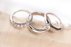 Anéis de casamento na fita de Boquet imagem de stock royalty free