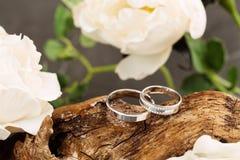 Anéis de casamento na madeira imagens de stock