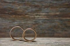 Anéis de casamento na madeira Imagem de Stock Royalty Free